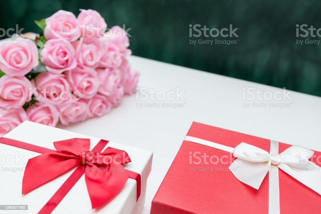 eventos e conjunto de caixa de presente do festival comemora seu aniversário com flores - foto de acervo