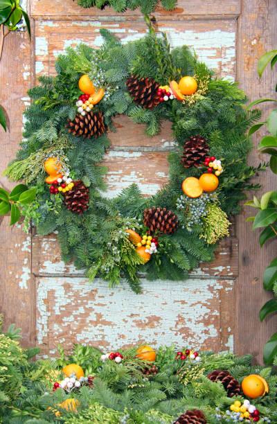 immergrüne weihnachtskranz - deko hauseingang weihnachten stock-fotos und bilder