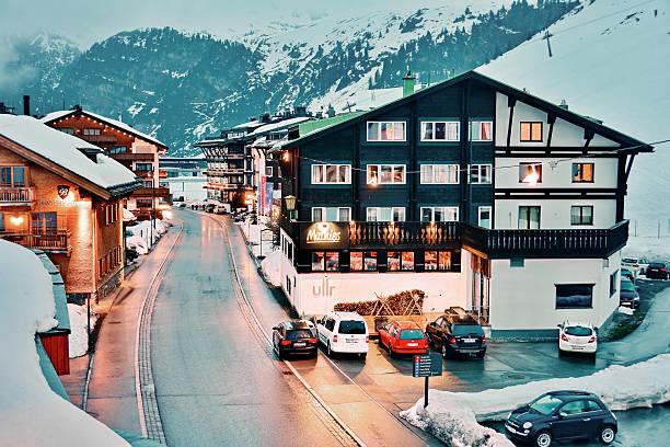 everning in zurs ski resort - arlberg hotel stock-fotos und bilder