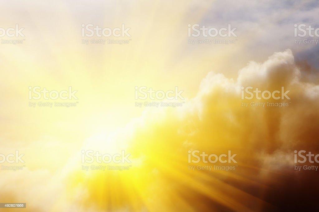 Cada parte mala tiene también su parte buena: Romper de sol a través de las nubes - foto de stock