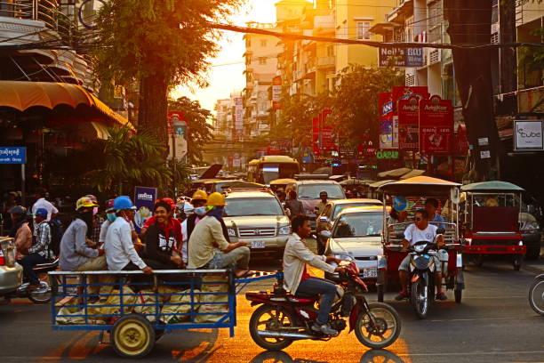 vardag i rusningstid i phnom penh - walking home sunset street bildbanksfoton och bilder