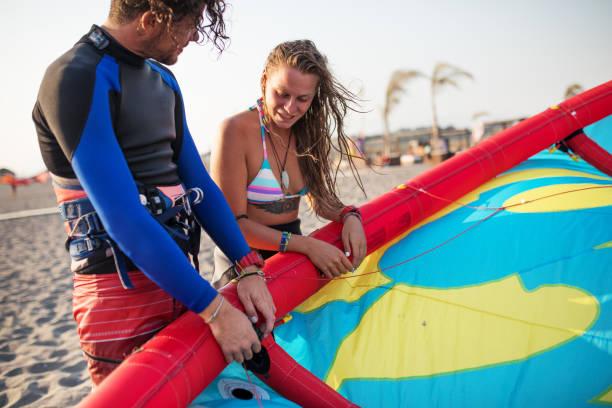 jeder tag ist ein neues abenteuer - kitesurfen lernen stock-fotos und bilder