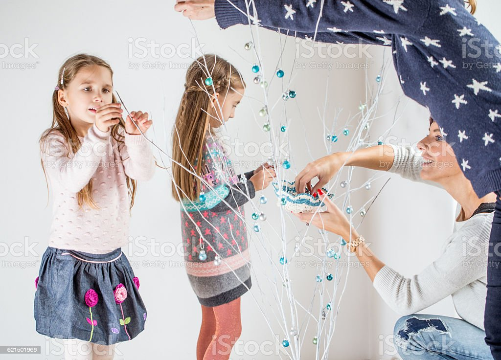 Everyone decorating the Simple Christmas Tree foto stock royalty-free