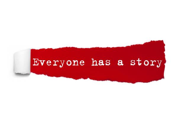 jeder hat eine geschichte-wort geschrieben unter die gewellten stück rote zerrissenes papier - sprüche ehrlichkeit stock-fotos und bilder