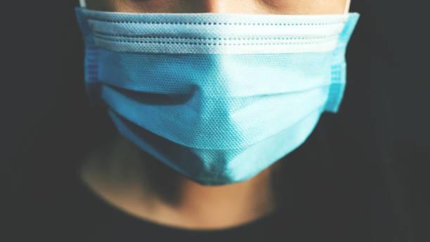 covid-19のウイルスや細菌から保護するために、誰もが家を出る前に人工呼吸器を着用する必要があります。 - マスク ストックフォトと画像