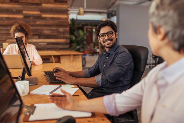Jeder engagiert sich für Erfolg in diesem Büro – Foto