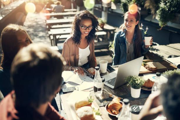 모든 것은 점심에 더 나은 - 점심 뉴스 사진 이미지