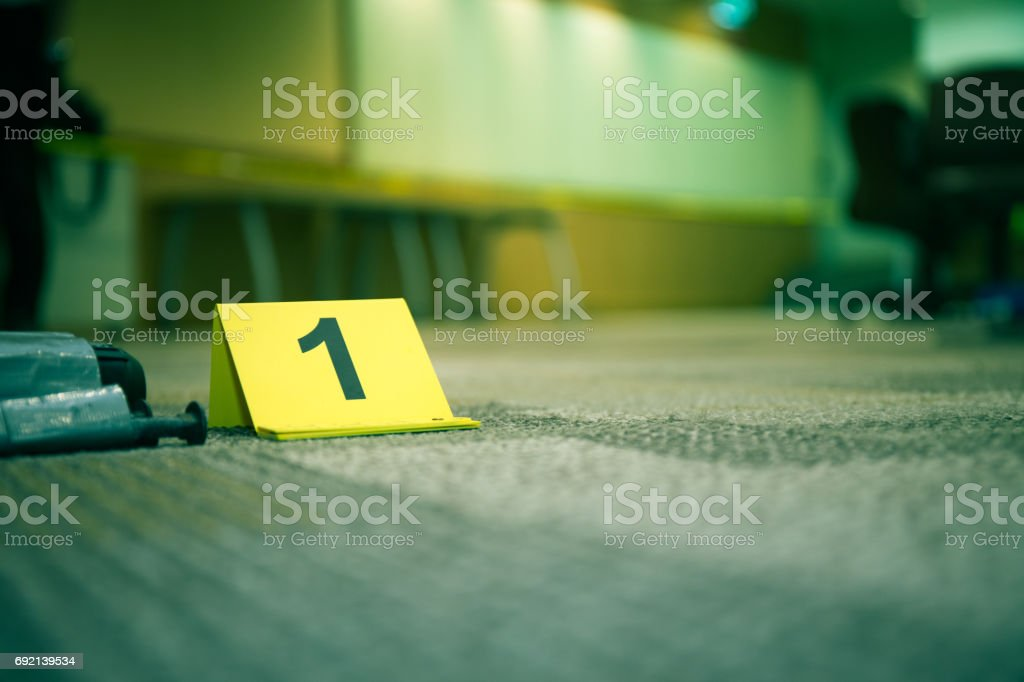 Beweise Marker Nummer 1 auf Teppichboden in der Nähe von verdächtigen Objekt im Verbrechen-Szene Untersuchung und Kopie Raum – Foto