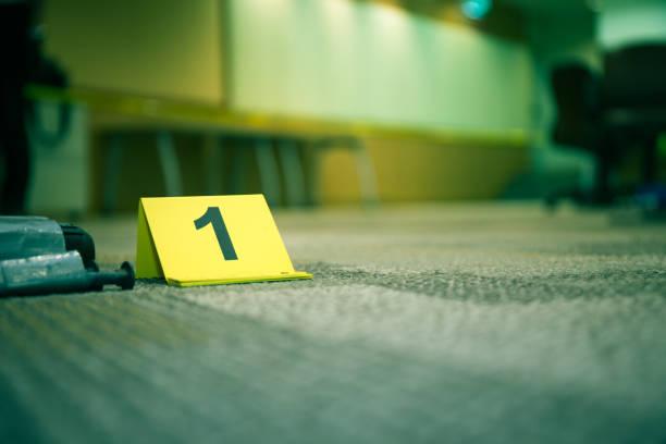 nombre de marqueur de preuves 1 sur moquette près d'un objet suspect dans le crime scene investigation et copie espace - niveau photos et images de collection
