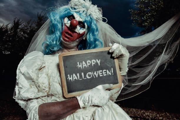 bide böse clown wünscht ihnen happy halloween - heiratssprüche stock-fotos und bilder