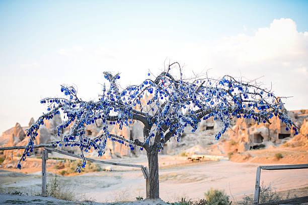 böse eye-talisman tree - steingut geschirr stock-fotos und bilder