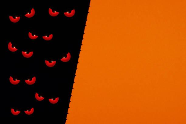 böse augen, die im dunkeln schauen. - freitag der 13 stock-fotos und bilder