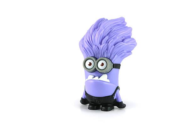 böse lila minion lachen - violette minions stock-fotos und bilder