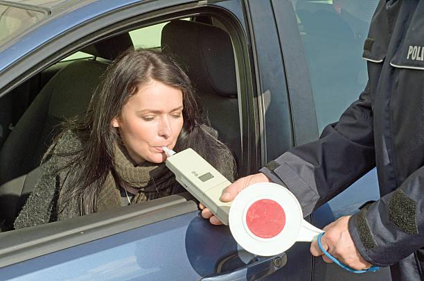 teste de sobriedade por um policial - bafometro - fotografias e filmes do acervo