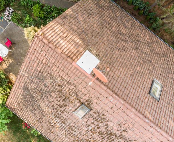 prüfung des daches eines hauses mit einer drohne, luftbild, vom dach eines einfamilienhauses - aerial view soil germany stock-fotos und bilder