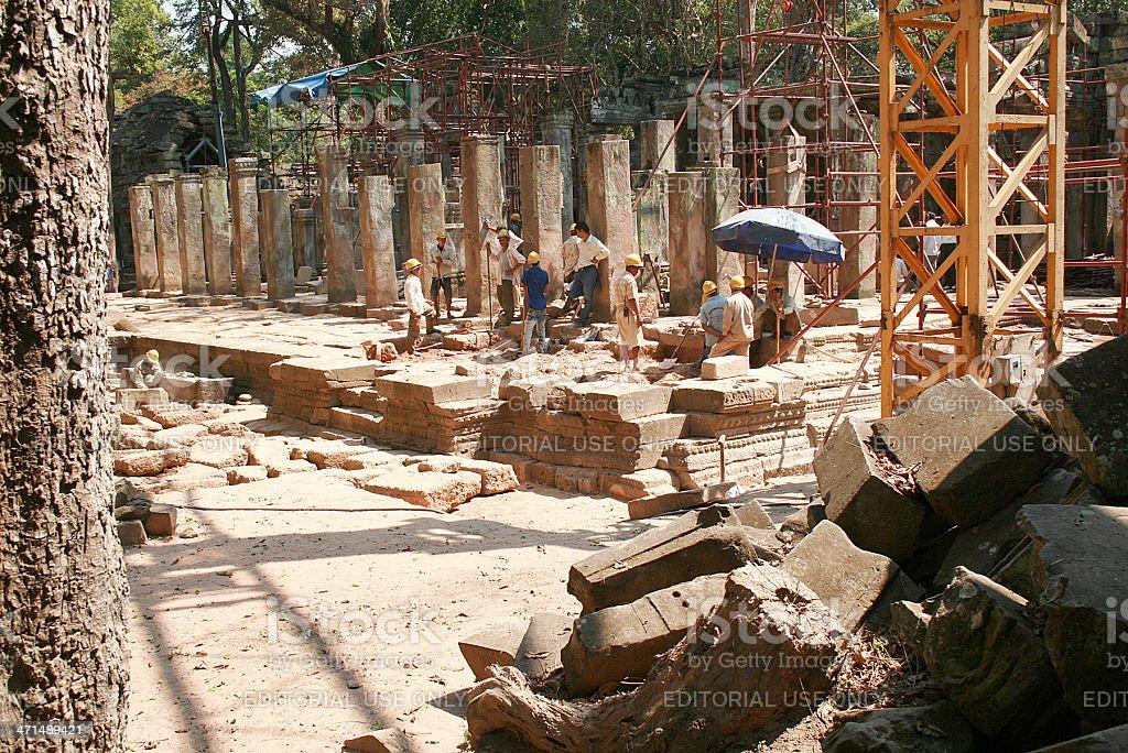 Scavi e riparazioni in Ta Prohm, Angkor Wat foto stock royalty-free