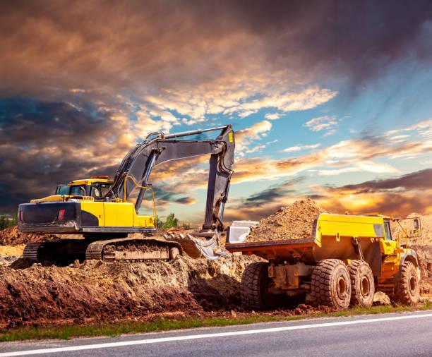 Bagger und Muldenkipper auf der Baustelle – Foto