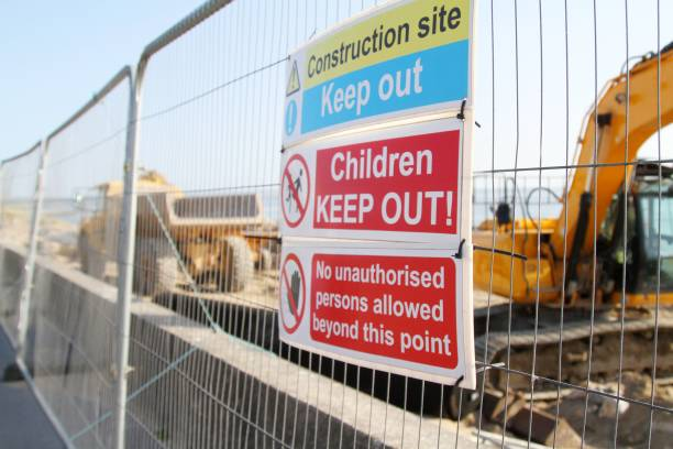 grävmaskin och dumper med varningsskylt på byggarbetsplats - temporär bildbanksfoton och bilder