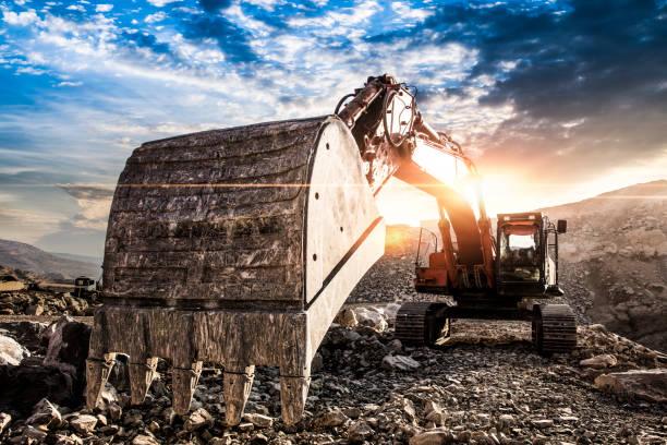 Bagger auf Baustelle gegen Sonnenuntergang – Foto