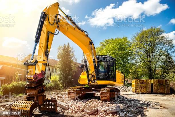 Bagger Am Bau Website Abbruch Einfamilienhaus Stockfoto und mehr Bilder von Arbeiten