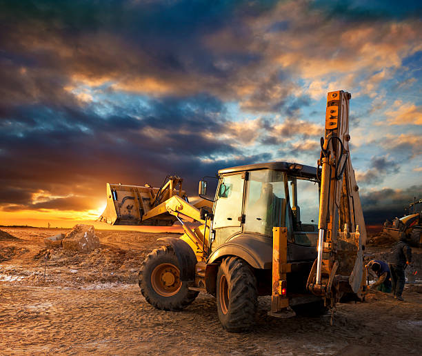 excavator au chantier de construction - engin de chantier photos et images de collection