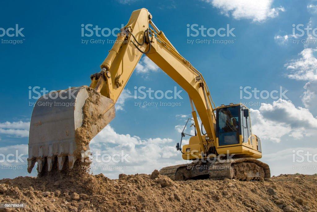 grävmaskin blå himmel tunga maskinen byggarbetsplats - Royaltyfri Aktivitet Bildbanksbilder