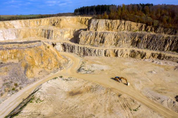 bagger in einem kiesbruch, luftbild - aerial view soil germany stock-fotos und bilder
