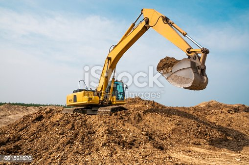 istock Excavator in anticipation of a truck dump, at the moment of a pause 661561620