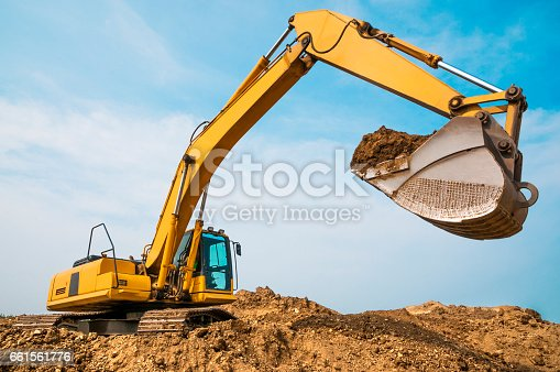 istock Excavator in anticipation of a truck dump, at the moment of a pause 661561776