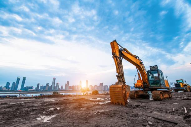 挖掘機在建築工地上的夕陽的天空背景 - 重的 個照片及圖片檔