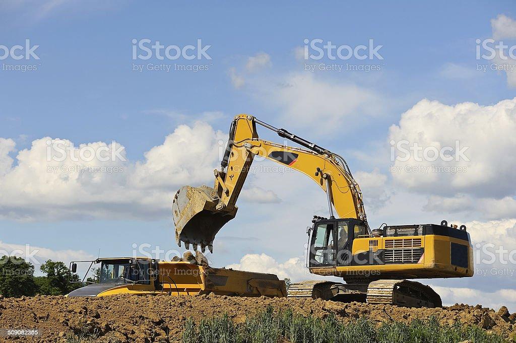 Excavator Ladung LKW mit Erde – Foto