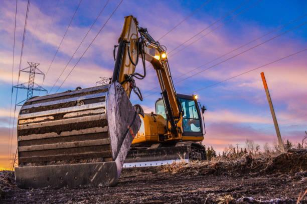 máquina escavadora powerlines - lagarta - fotografias e filmes do acervo