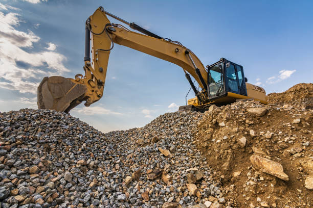 Excavator working on a building site Heavy machinery for construction quarry stock pictures, royalty-free photos & images