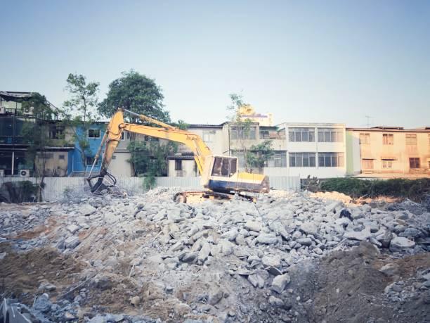 Bagger, der auf der Baustelle arbeitet. LKW graben in Bauvorhaben  Bau-, Bau-und Baukonzept – Foto