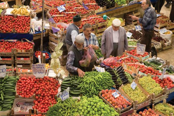 scambio di frutta e verdura fresca al mercato. vista dall'alto del famoso mercato femminile di konya. primo piano orizzontale. - bazar mercato foto e immagini stock