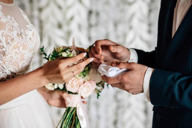 troca de anéis de casamento brancos - casamento - fotografias e filmes do acervo