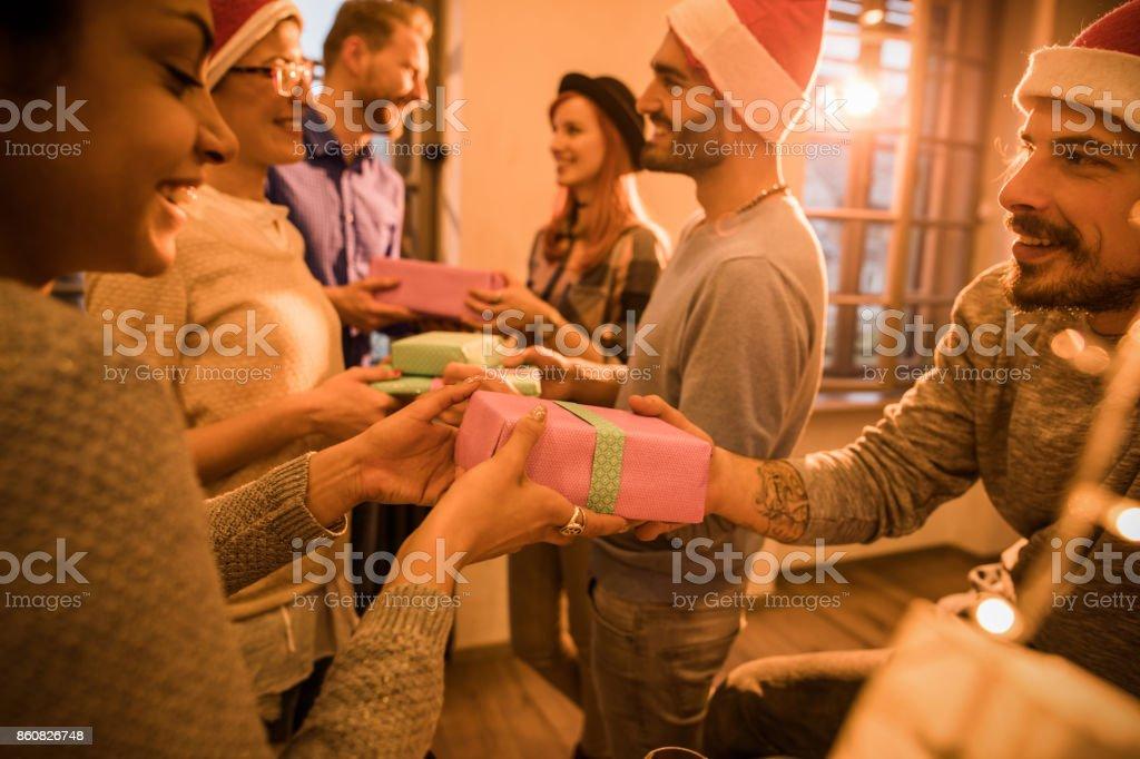 Den Austausch von Weihnachtsgeschenke auf Betriebsfest! – Foto