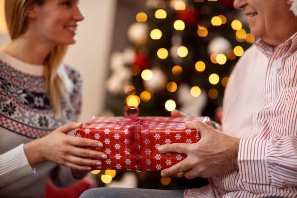 austausch von weihnachtsgeschenke - geschenke eltern weihnachten stock-fotos und bilder