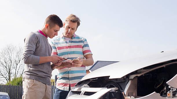 exchanging insurance details - krockad bil bildbanksfoton och bilder