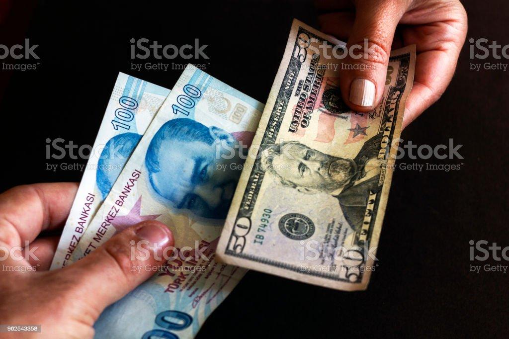 Troca de Liras turcas com conta de dólar de Estados Unidos - Foto de stock de Adulto royalty-free