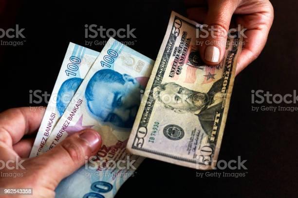 Foto de Troca De Liras Turcas Com Conta De Dólar De Estados Unidos e mais fotos de stock de Adulto