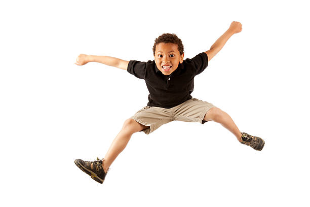 Aufgeregt 8 Jahre alten mixed race boy springen auf Weiß – Foto