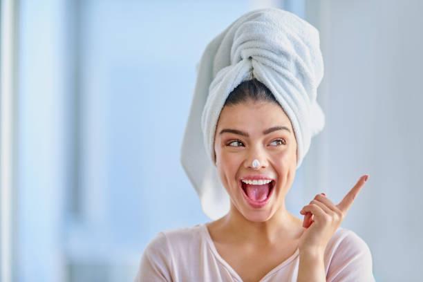 aufgeregt über hautpflege - feminine badezimmer stock-fotos und bilder