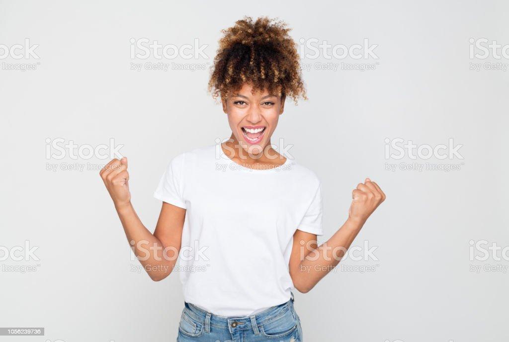 Aufgeregt Afro Amercian Frau Erfolge feiern – Foto