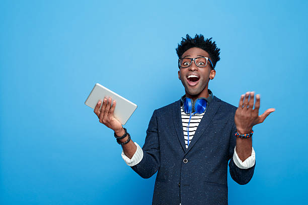 Aufgeregt afro amerikanische Mann in modischen outfit, festhalten Digitaltablett – Foto