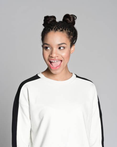 aufgeregt afro amerikanische teenager mädchen - zopf frisuren stock-fotos und bilder