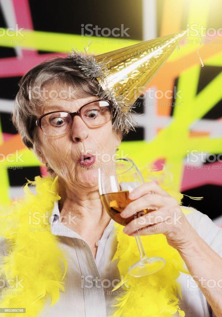 Excité et éventuellement sur-stimulé vieille dame avec du champagne en fête - Photo de Adulte libre de droits