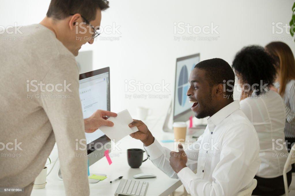 Excité travailleur noir récompensé par des bonus d'argent pour le bon travail - Photo