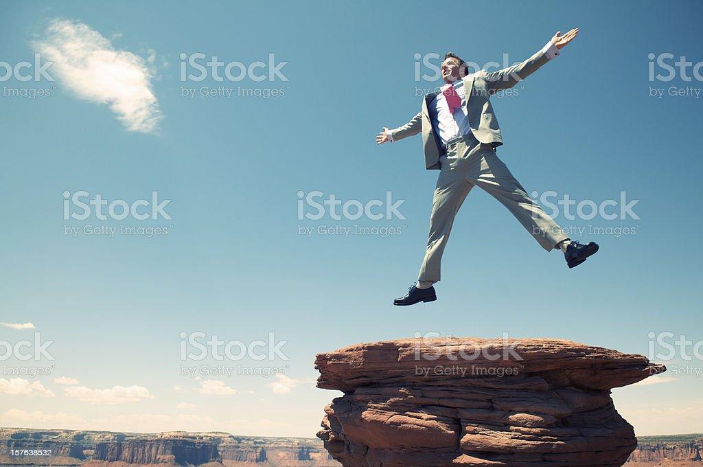 Excitación empresario saltar Sky Mesa con fondo Rock Canyon - foto de stock