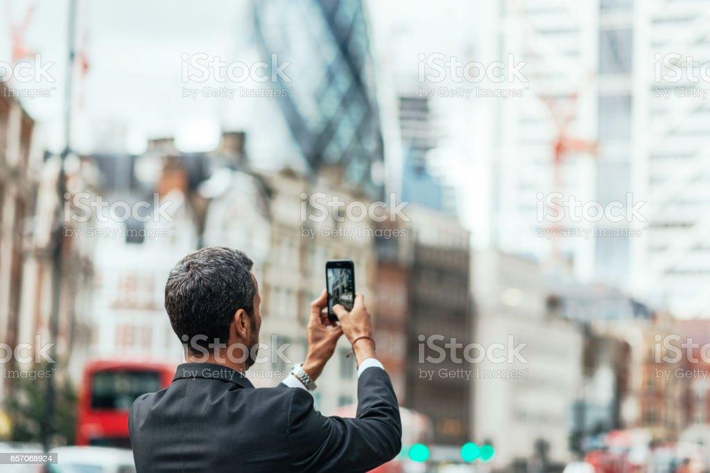 Aufgeregt Geschäftsmann Schuss des Finanzviertels von zu nehmen, bevor die Stadt zu verlassen – Foto